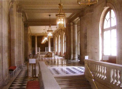Un des nombreux couloirs et escaliers