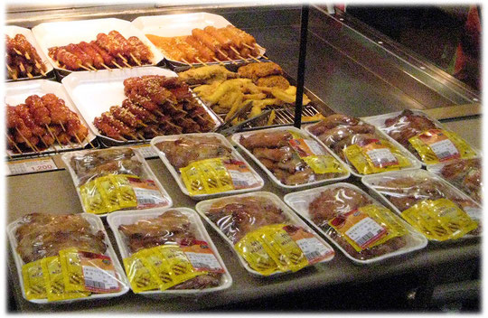 All the pictures show South Korean supermarket food in Seoul. Bilder von einem Supermarkt in Südkorea und asiatische Gerichte und Kochen und Küche.
