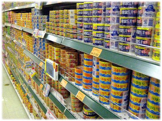Picture of shelves full of tuna cans in a South Korean food market. Common for american and asian food supermarkets. Fotos von Thunfisch Dosen in einem südkoreanischen Lebensmittelmarkt.