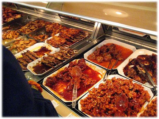 This photo shows the image of Korean supermarket food in Seoul. It's more spicy than american or european supermarket food. Bild von koreanischem asiatischen Essen in einem Seoul Supermarkt.