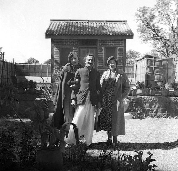 Meher Baba with Norina (left ) & Elizabeth (right) in India.