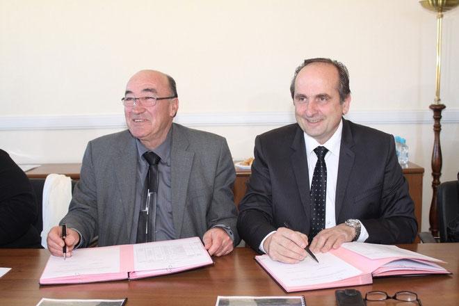 La signature du contrat par Joseph Castelli et Pierre Guidoni