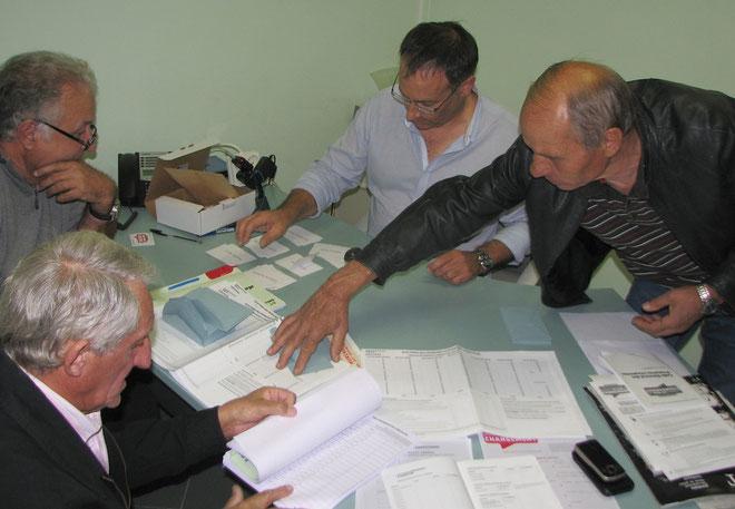 Jean-Baptiste Paoli avec les bénévoles pour le dépouillement des bulletins de ce premier tour. (Photo J.D)