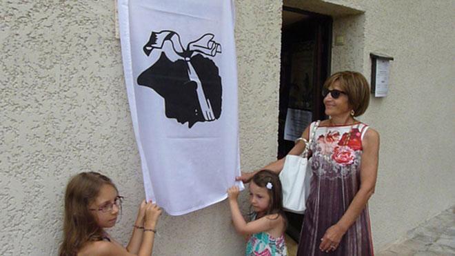 La fille et les deux arrière-petites-filles de Anton Dumenicu Monti dévoilent la plaque
