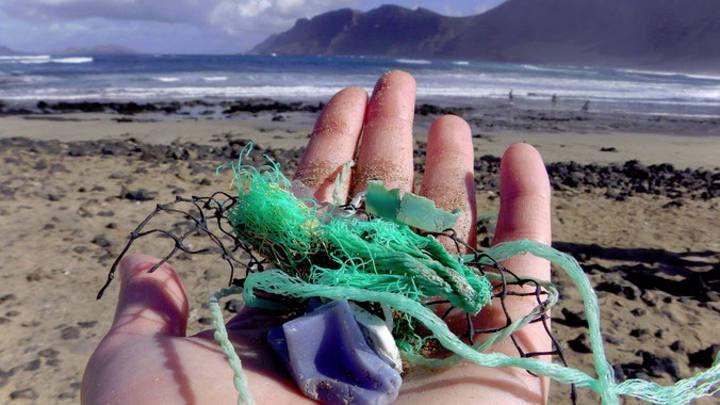 Residuos plásticos recogidos cerca de Caleta de Famara, Lanzarote, por la investigadora principal del estudio Jenna Jambeck. Martin Jacov