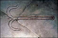 Ancla por su forma hace referencia a la cruz de Cristo y en las primeras lápidas sepulcrales es un símbolo de seguridad y esperanza.
