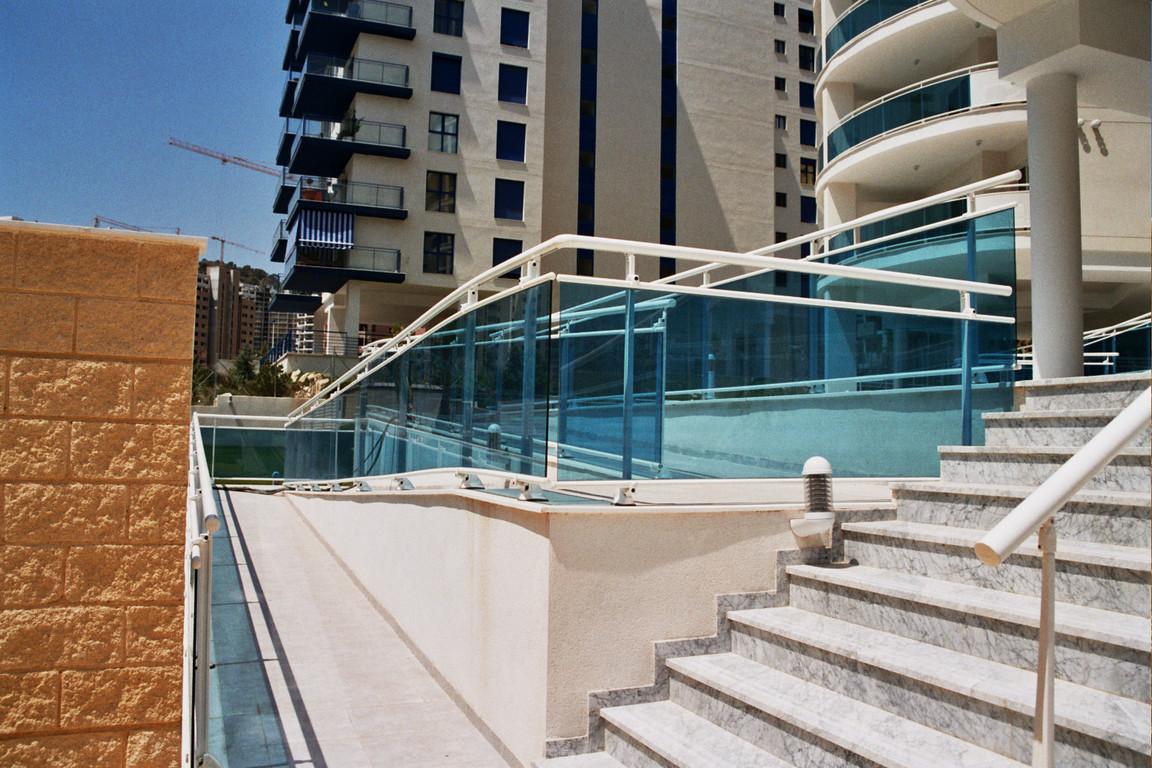 Valla de piscina con vidrio