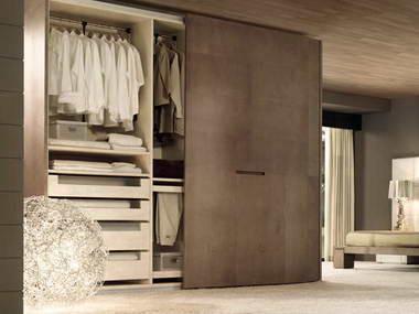 Closet con cajonera, repisas, zapatera y barras de colgar ropa asi como puertas correderas