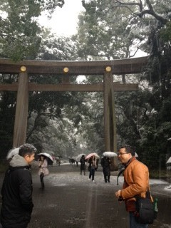 Do we really want to do this? It's freezing! — at 明治神宮 (Meiji Shrine).