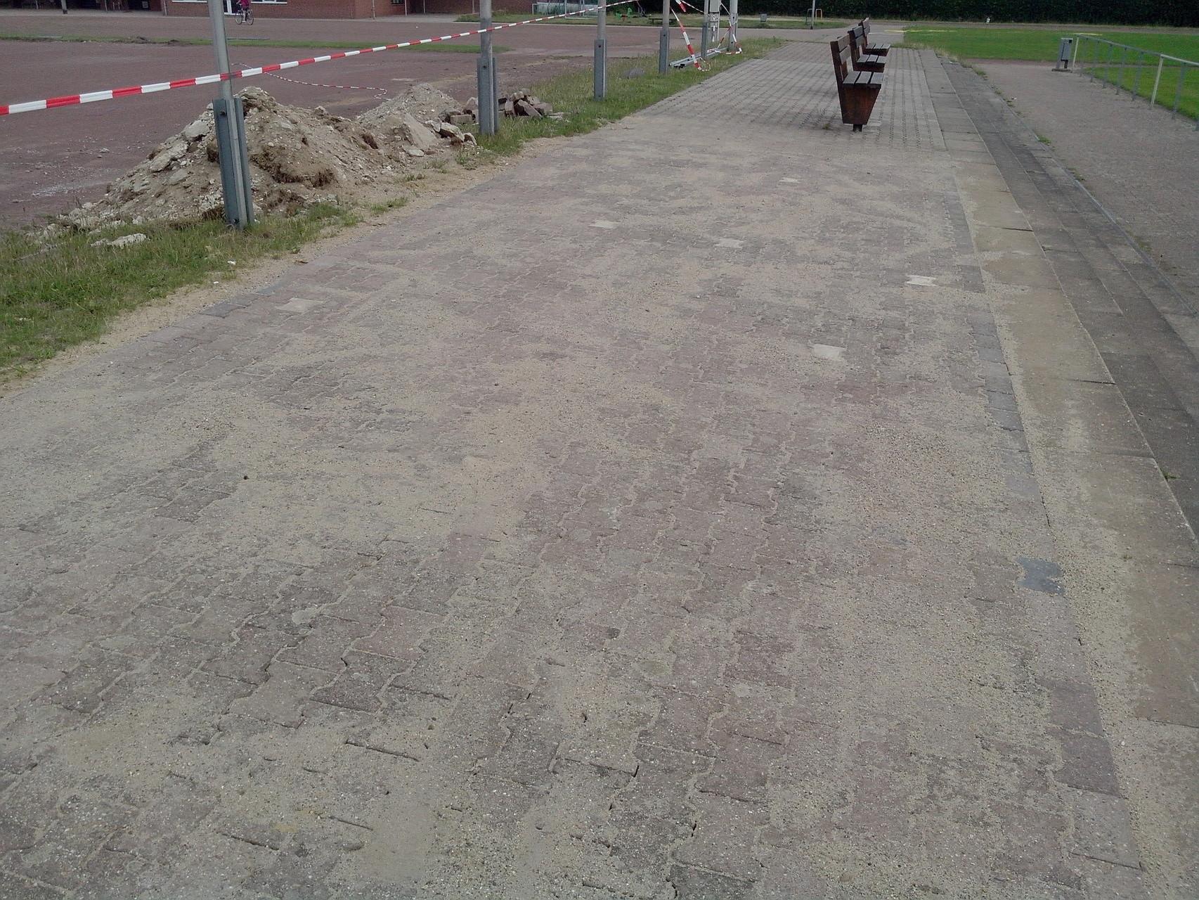 28.06.2015: Fläche vor der Tribüne wurde gepflastert