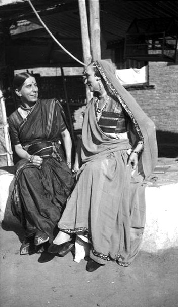 MSI Collection ; India - Norina (R) & Kitty Davy (L)