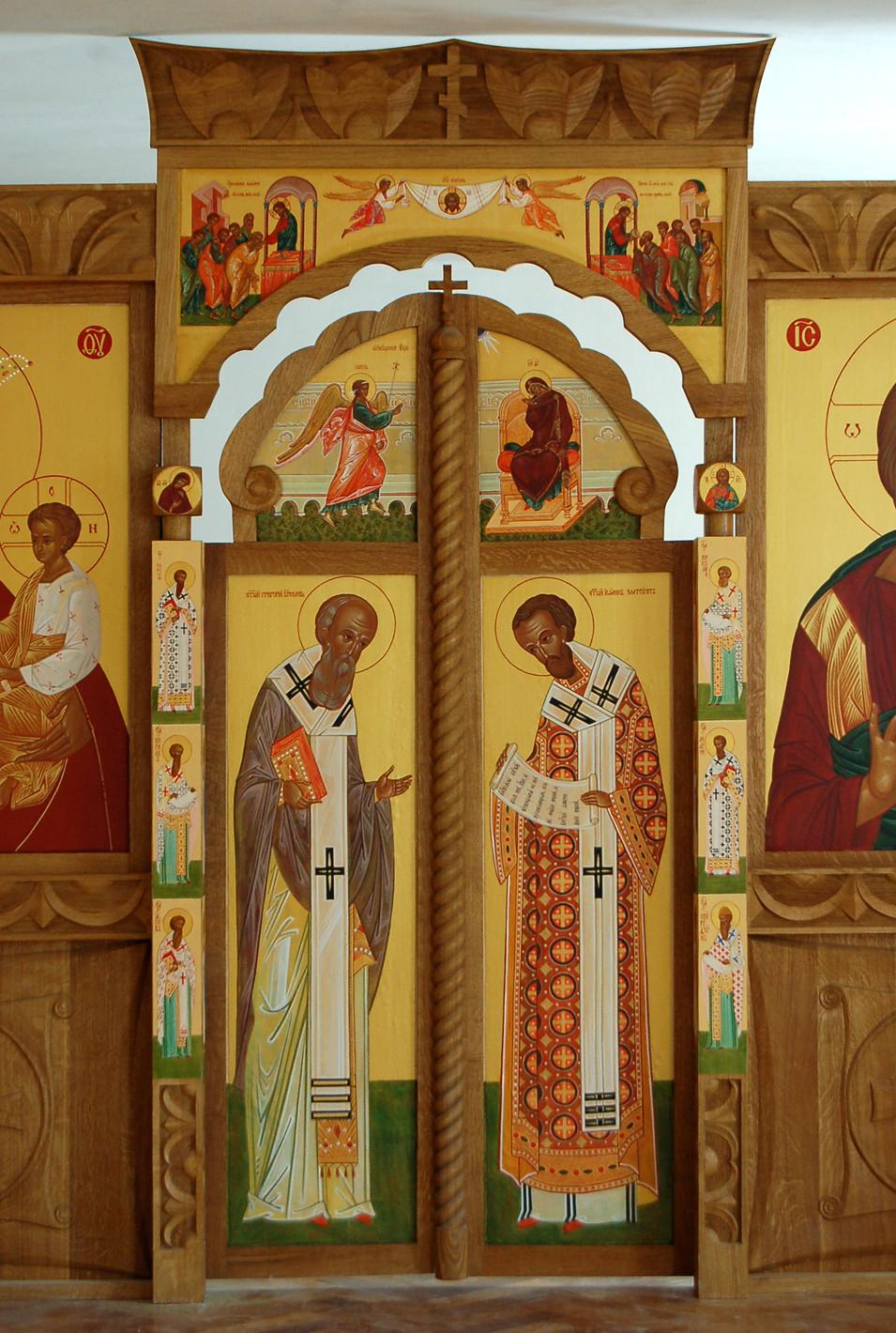 Над царскими вратами водружена икона тайная вечеря