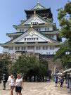 大阪城。周りはほとんど外国人。