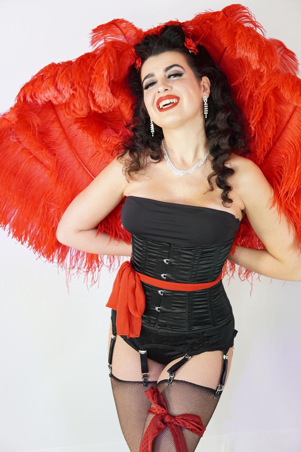 Trixie Trouble Sensation Sisters Burlesque München, Workshop Kurs Burlesque Striptease lernen