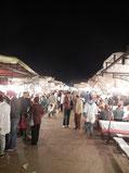 有名な「フナ広場」。所狭しと屋台が並び、人がわんさか集まっていた。