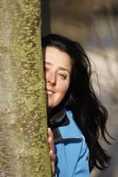 Zu sehen ist Frau Dr. Maria Meyer an einen Baum gelehnt.