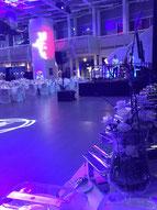 Tanzfläche mit Firmen-Logo für eine Galaparty - die Gäste können kommen