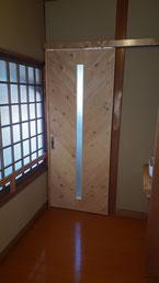 ヘリンボーン張りのドア