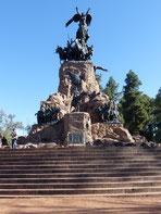 Monument en pierre noire représentant un ange, cilminant en haut d'un dizaine de marches en guise de socle. Mendoza, Argentine