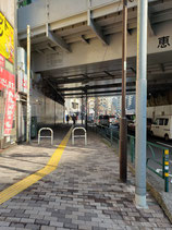 恵比寿駅からの順路3 JR高架をくぐり直進