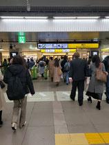 恵比寿駅からの順路西口改札の掲示板含む写真