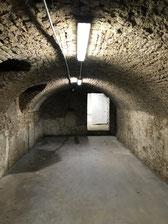 Nasse feuchte Wände im Keller mit Salzbelastung und Schimmel im Bereich der Kellerwände