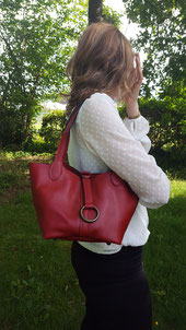 "Sac ""Bridge"" en cuir rouge."