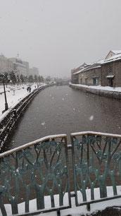 小樽のレンガの建物に続く川