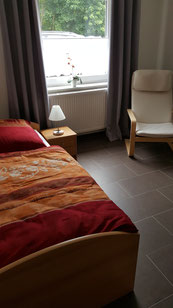 Gemütliches Einzelzimmer mit kleiner Sitzecke und Fernseher