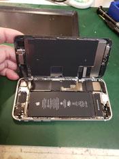 iPhoneSEは右側にケーブル取り付けてある