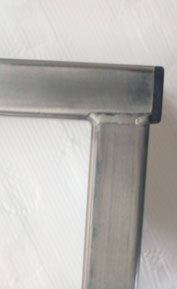 détail finition pied de table métal vernis au four