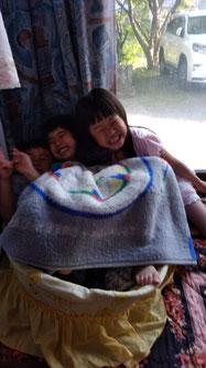 仲良く遊ぶ子供たちの写真
