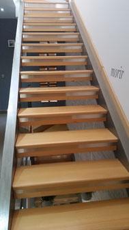 Embllecedor de tiras o chapas de acero inoxidable para renovar la escalera o dar un toque moderno y vanguardista.