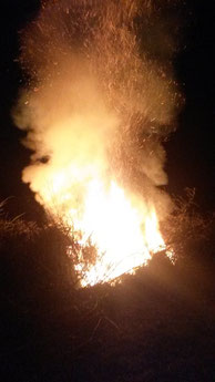 Durch unbekannte Brandstifter entzündetes Osterfeuer am Karfreitag