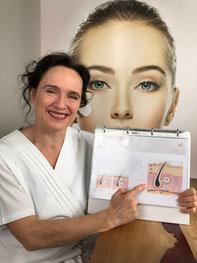Foto von der Kosmetikerin sitzend mit Flipchart zur Hautberatung