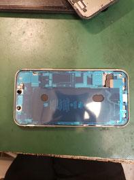 古いテープを取り除き、新たしいフロントパネルシールを取り付けたiPhone11
