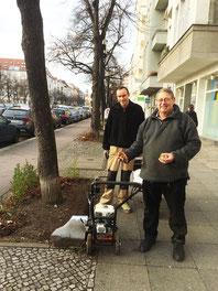 Herr Marquardt und Herr Döring setzen die Frühlingszwiebeln