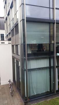 Büro mit Innen und Außenliegenden Sonnenschutz (Lebenszykluskosten, Nutzerkomfort->Privatsphäre?)