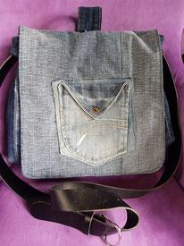 Mantel aus Jeans, Poncho und Pullover.
