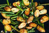IN FORM, Geprüfte IN FORM-Rezepte, Kartoffeln, Bratkartoffeln, Spargel, gesunde Ernährung, gesunde Rezepte, vegetarisch, vegetarische Rezepte, vegetarische Spargelrezepte, Frühlingsgericht, Gemüsepfanne, vegetarisches Mittagessen, gesund kochen