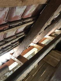 Reparaturarbeiten am Dachstuhl in Balingen - Stockenhausen. Oft sind gerade die Fußpunkte älterer Bauernhäuser beschädigt und müssen repariert werden.