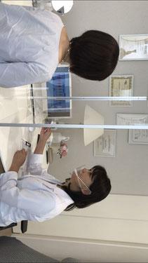 専門のスタッフが個室で行う検査風景の写真
