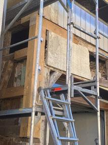 Reparatur und Austausch kaputter Fachwerkbalken. Zur Ausmauerung können Lehmsteine verwendet werden. Ausmauerung und Verputz übernimmt der Bauherr selbst.