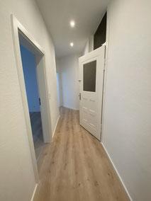 Abgehängte Decken und tapezierte Wände und  Vinyl Boden