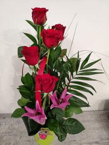 Centro 5 rosas con lilium. 35€