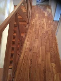 Bei dieser Baustelle in Balingen wurden alte Pitch Pine Bretter die im Zuge des Umbaus rauskamen, aufgearbeitet genutet und neu verlegt. Das Holz ist mit Fußbodenhartöl eingelassen.