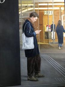 「銀座SIX3月AM11:30」 (F50号)今年の'美術の窓'1月号に掲載されました。昨年3月、銀座SIX入り口で待ち人中の青年を写真に撮り、それを描きました。この後、非常事態宣言発令となりました。最近は町を行き交う人は100%マスク着用で、街中の行動する人物を画題にしている小生にとっては、絵になるシーン探しに苦労する困った状況になっています。