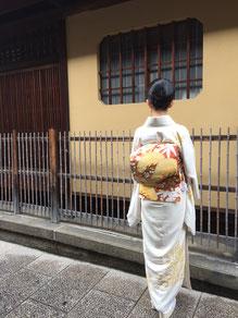 白地松の訪問着に、松竹梅の袋帯