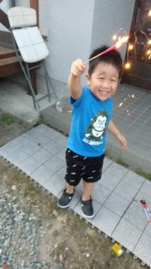 花火を上げる次男の写真