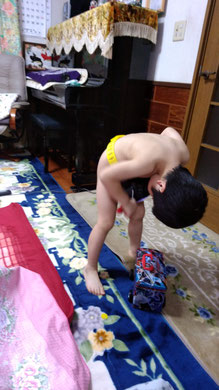 おもちゃで遊ぶ子供の写真